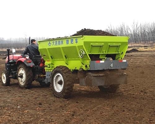 554拖拉机带大型双盘撒肥机